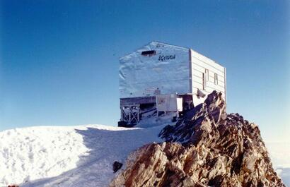 Le refuge Vallot  4362m sous l'arête des Bosses du Mont Blanc